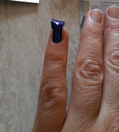 smalto attaccato unghia
